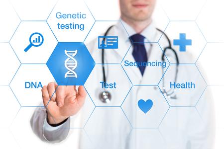 concept de tests génétiques avec l'icône de l'ADN et des mots sur un écran et un médecin de toucher un bouton, isolé sur fond blanc