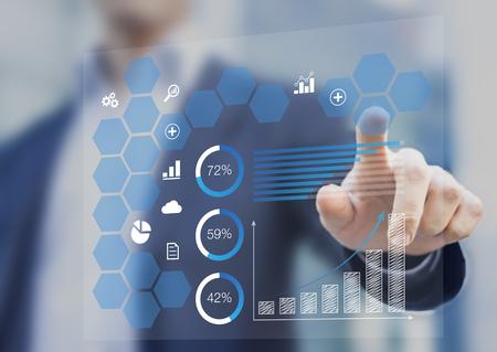 Empresario tocando un tablero de instrumentos con indicador clave de rendimiento que se muestra con gráficos en una pantalla virtual