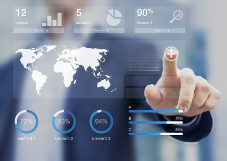 Consultant présentant un tableau de bord avec des indicateurs de performance clés et une analyse des données