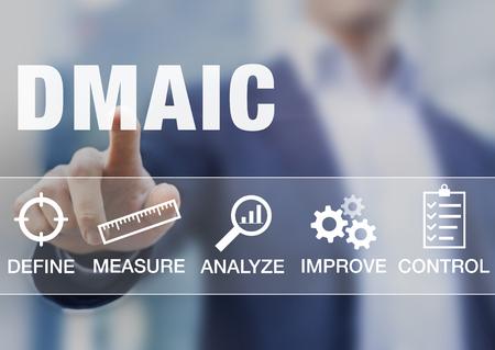 프로세스 품질을위한 DMAIC 지속적인 개선 도구를 제시하는 관리자