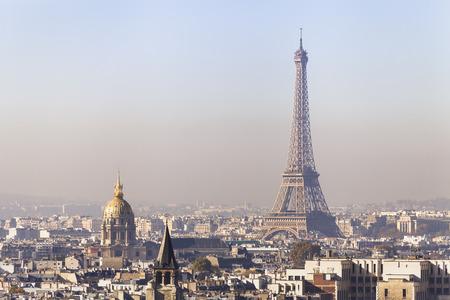 Verontreiniging in Parijs, luchtmening van de Toren van Eiffel met smog op achtergrond