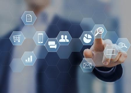 인터넷 및 소셜 네트워크에서 비즈니스를하는 디지털 마케팅 컨설턴트