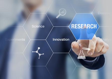 ビジネスマンの研究、技術革新と実験について仮想画面と化学についてアイコンのボタンに触れる手の概念を提示