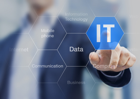 empujando: Consultor de TI que presenta la nube de etiquetas sobre la tecnología de la información Foto de archivo