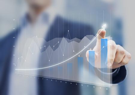 Financiële grafieken die groeiende opbrengst op het aanrakingsscherm tonen