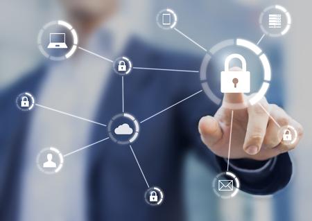 Cybersécurité du réseau d'appareils connectés et sécurité des données personnelles, concept sur interface virtuelle avec consultant en arrière-plan
