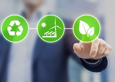 desarrollo sostenible: Concepto sobre el desarrollo sostenible, la ecología y la protección del medio ambiente. Persona que toque los botones con iconos verdes Foto de archivo