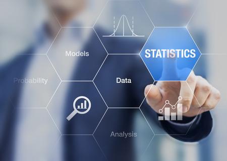 Concept over statistieken, gegevens, modellen en analyse op een transparant scherm met een zakenman op achtergrond