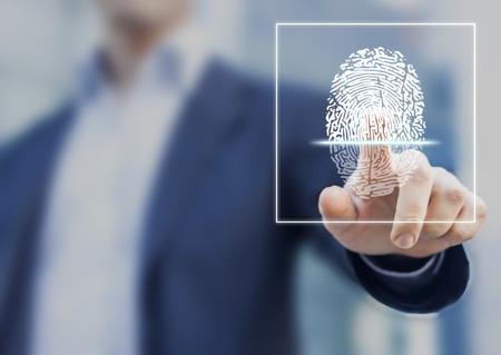 Scansione delle impronte digitali fornisce accesso di sicurezza con l'identificazione biometrica, persona schermo commovente con il dito in background Archivio Fotografico - 70841272
