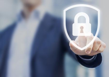 ロックのシンボル、セキュリティ、サイバー セキュリティおよび危険に対する保護についての概念を盾に触れる人