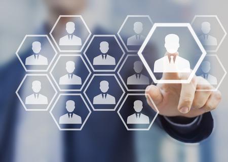 Gestionnaire des ressources humaines choisissant le profil professionnel à embaucher sur une interface à écran virtuel, concept de recrutement