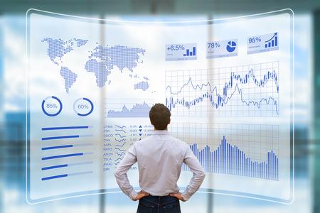 Personne utilisant un écran d'interface d'affichage tête haute futuriste (HUD) avec des données et des indicateurs de performance clés (KPI) pour l'analyse décisionnelle (BI), concept de tableau de bord financier, technologie et réalité virtuelle (VR) Banque d'images