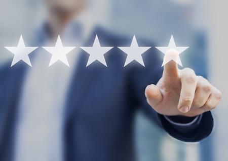 Classificação de cinco estrelas (5) com um empresário tocando a tela, conceito sobre feedback positivo do cliente e revisão, excelente desempenho