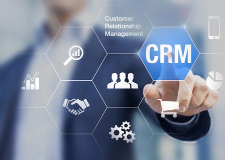 Concepto de gestión de relaciones con el cliente con el empresario tocando el botón en la automatización de procesos de fondo, comunicación, marketing y ventas Foto de archivo - 77463767