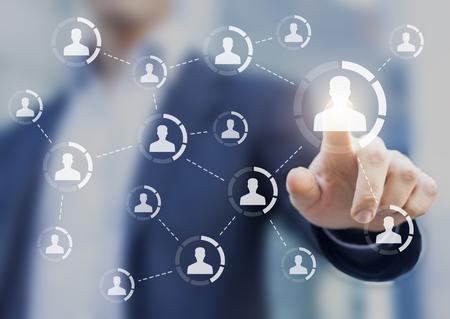 社会とインフルエンサー マーケティングの概念は、ネットワーク接続を示す図と広告戦略、ボタンに触れる人のための個人の間に影響を与える 写真素材