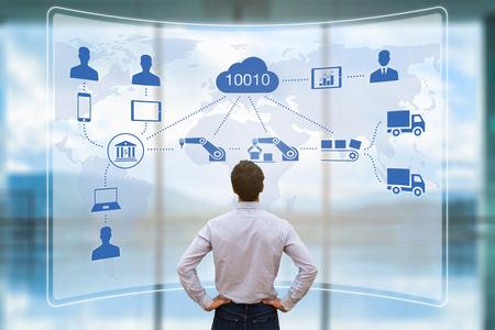Manager Blick auf Augmented Reality (AR) Bildschirm zeigt intelligente Fabrik oder Industrie 4.0 automatisierte Fertigung mit Internet der Dinge (IOT) und Cloud Computing verbunden Standard-Bild - 82340821