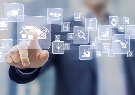 Intelligentes Fabrik- oder Industrie 4.0-Konzept, in dem Internet of Things (IOT) dazu beiträgt, Roboter mit Cloud-Computing zu verbinden und die Automatisierung zu erhöhen, wobei die Person die virtuelle Schnittstelle berührt Standard-Bild - 84626481