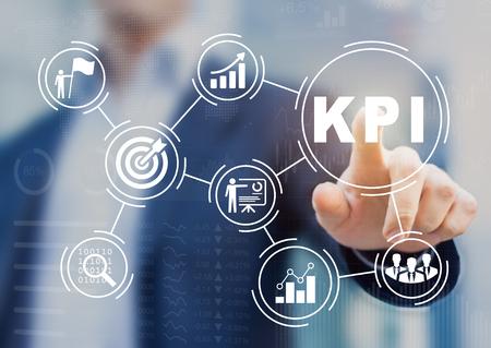 Indicador clave de rendimiento (KPI, Key Performance Indicator) que utiliza métricas de Business Intelligence (BI) para medir el logro frente a la meta planificada, el icono de la pantalla táctil de la persona, el éxito Foto de archivo - 84626514