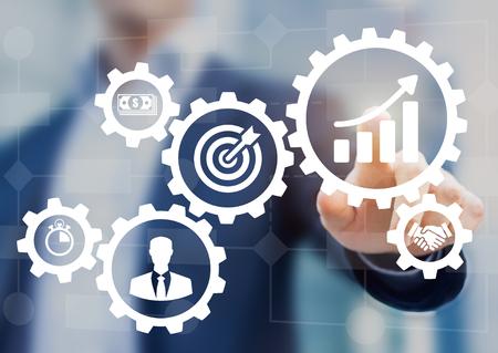 Zarządzanie procesem biznesowym i schematem automatyzacji pracy z narzędziami i ikonami z schematem blokowym w tle. Menedżer dotyka interfejsu