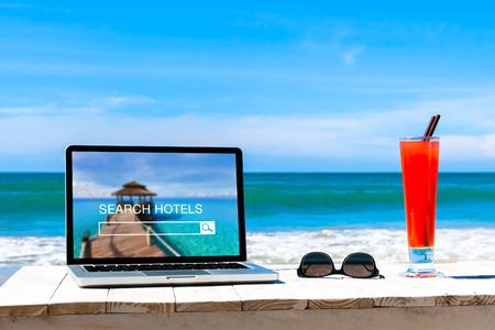 Buscar sitio web de hoteles en la pantalla de la computadora, concepto de reserva en línea, fondo de playa tropical Foto de archivo
