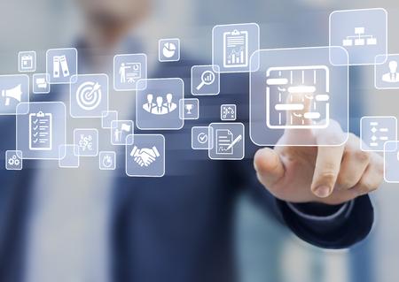 Le gestionnaire appuie sur le bouton de l'interface de l'écran virtuel AR sur la gestion de projet avec des icônes d'ordonnancement, de budgétisation, de communication Banque d'images - 85561623