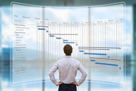 Gerente de proyecto mirando la pantalla de AR con el cronograma de Gantt o la planificación mostrando las tareas y los plazos