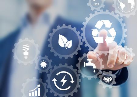 Concepto de desarrollo sostenible en la pantalla con iconos de energía renovable, preservación de recursos naturales, protección del medio ambiente dentro de engranajes conectados, persona de negocios en segundo plano
