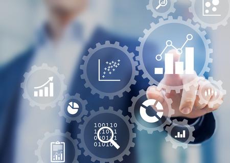 Gestión de procesos de análisis de datos empresariales con un consultor tocando engranajes conectados con diagramas y gráficos financieros de KPI, panel de marketing automatizado Foto de archivo
