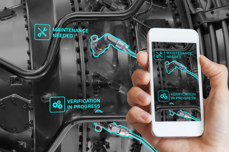 Augmented Reality technologieonderhoud en service van mechanische onderdelen, technicus met smartphone met AR-interface op scherm in slimme industrie, geautomatiseerd monitoringproces Stockfoto