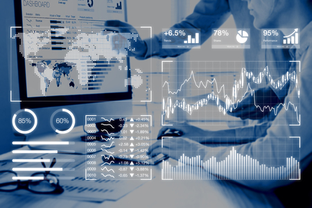 Business analytics dashboard rapportage concept met key performance indicators (KPI) en twee mensen analyseren verkoop of digitale marketing data op computerscherm op achtergrond Stockfoto