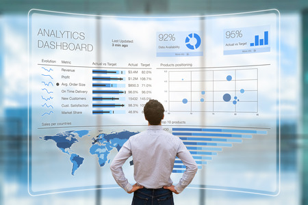 Geschäftsmann, der ein Business Analytics (BA) - oder Intelligence (BI) -Dashboard auf einem virtuellen Bildschirm analysiert, auf dem Diagramme mit Verkaufs- und Betriebsdatenstatistiken und Leistungsindikatoren (KPI) angezeigt werden