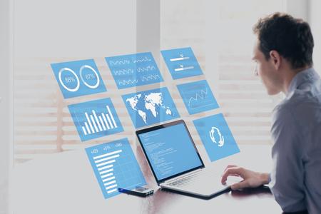 Geschäftsmann, der mit holographischer augmented-Reality- (AR) Bildschirmtechnologie arbeitet, um Geschäftsanalyse-Schlüsselleistungsindikator und Diagramme auf Finanzarmaturenbrett, Fintech-Konzept zu analysieren Standard-Bild