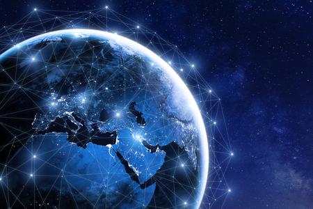 Rede de comunicação global em torno do planeta Terra no espaço, intercâmbio mundial de informações pela Internet e satélites conectados para finanças, criptomoeda ou tecnologia IoT Foto de archivo