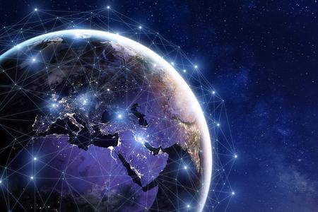 Kommunikationsnetz um die Erde benutzt für weltweite internationale Verbindungen für Finanzierung, Bankwesen, Internet, IoT und Cryptocurrencies, Fintech-Konzept, Zusammensetzung mit Planeten
