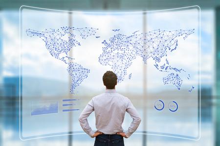 Globales Geschäftsnetzwerk mit verbundenen Leitungen auf der Weltkarte, weltweite Datenkommunikation für Internet der Dinge, Fintech und Blockchain-Technologie, Konzept mit Geschäftsmann, der das Dashboard analysiert analyzing