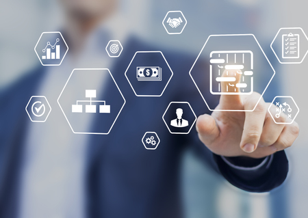 Concepto de habilidades y herramientas de gestión de proyectos con gerente profesional tocando los iconos de planificación, programación, organización del trabajo, calidad, riesgos, presupuesto
