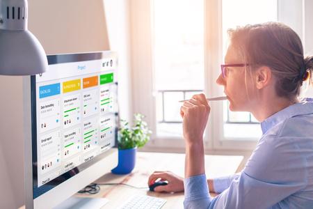 Tablero de marco ágil para el desarrollo de productos lean con metodología scrum o kanban, gestión de proyectos con estrategia iterativa o incremental, mujer joven que trabaja con computadora