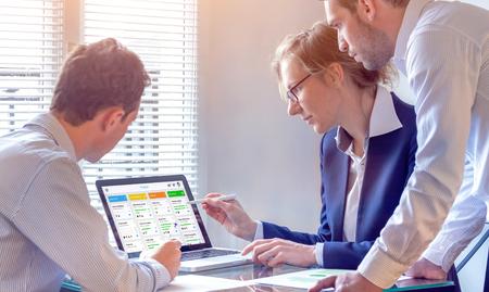 Tägliches Teammeeting rund um ein agiles Produktentwicklungsboard mit Scrum- oder Kanban-Framework, schlanker Methodik, iterativer oder inkrementeller Organisationsprojektmanagementstrategie für Softwaredesign Standard-Bild