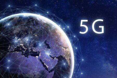 Bereitstellung von 5G-Mobilfunk-Internet-Telekommunikationsnetzen in der Welt, Hochgeschwindigkeits-Datenkommunikationstechnologie, globale Verbindung um den Planeten Erde mit Stadtlichtern aus dem Weltraum