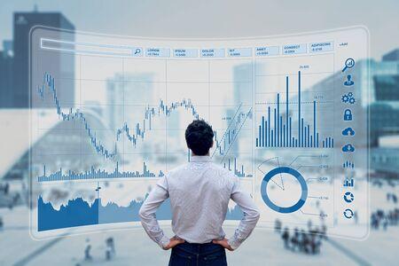 Finanzhandelsmanager, der Börsenindikatoren für die beste Anlagestrategie, Finanzdaten und Diagramme mit Geschäftsgebäuden im Hintergrund analysiert
