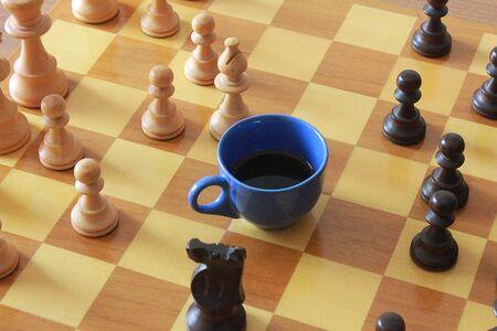 tablero de ajedrez: una taza de café en el tablero de ajedrez Foto de archivo