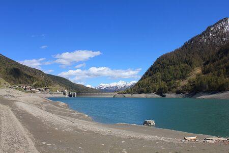 Een groot alpien meer in de bergen