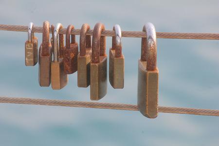 Einige Vorhängeschlösser am Geländer Standard-Bild - 89476152