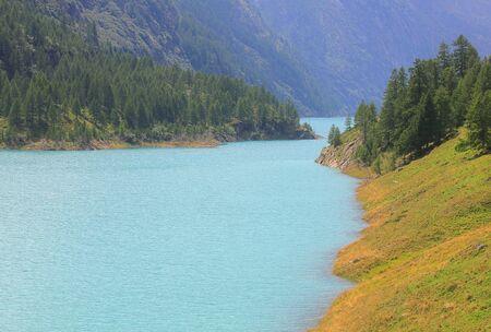 an alpine lake in mountain and trees Standard-Bild