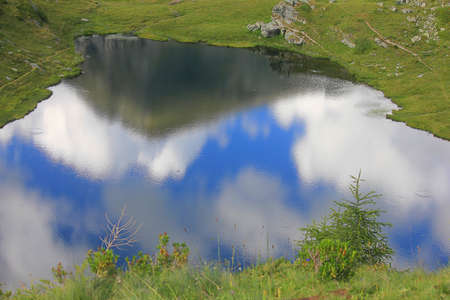 panorama with mountain reflections in the lake Standard-Bild
