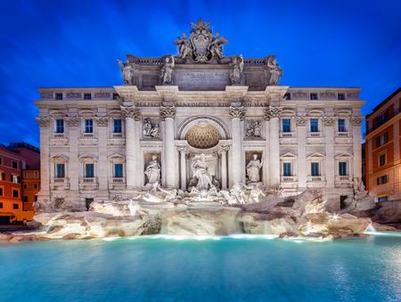 Trevifontein bij zonsopgang, Rome, Italië. De barokke architectuur en het oriëntatiepunt van Rome. Rome Trevi-fontein is een van de belangrijkste attracties van Rome en Italië
