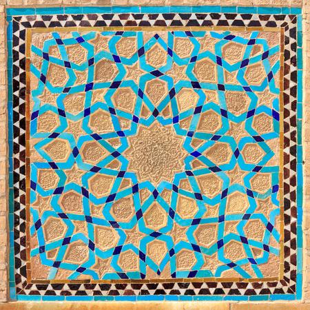 Islamic style geometric decoration arabesque in Yazd Mosque, Iran Imagens