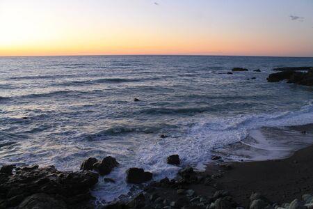 mare agitato: mare mosso con rocce Archivio Fotografico