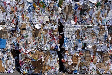 Vaud, Zwitserland, 28.06.2019, Voorraad papier en karton voor recycling Redactioneel