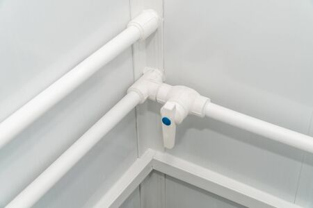 The photo of the established plastic pipes for water supply in the puplichny bathroom Banque d'images